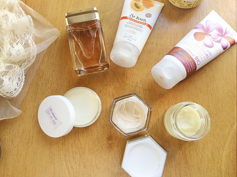 Les pots de gauche à droite: Déodorant, crème de jour, Egiptian Magic (le tout hand-made)